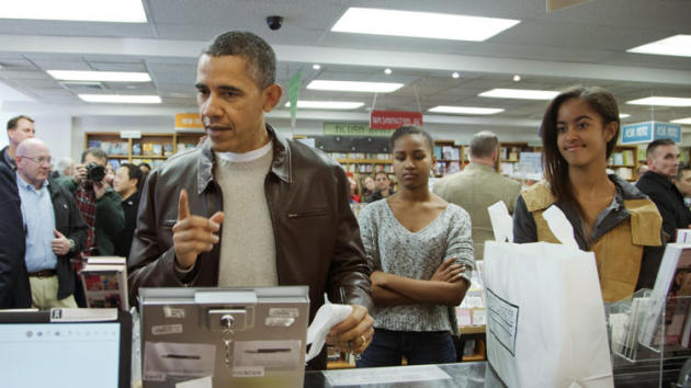 Pres. Obama, with daughter, at bookstore in D.C.